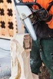 Trabalho da serra de cadeia para o log figural da decoração Imagem de Stock Royalty Free