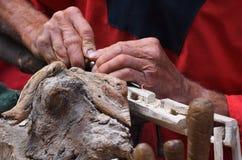 Trabalho das mãos do carpinteiro Imagens de Stock