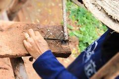 Trabalho das mãos do trabalhador da construção Fotografia de Stock Royalty Free