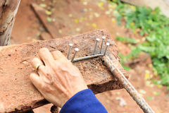 Trabalho das mãos do trabalhador da construção Fotos de Stock Royalty Free