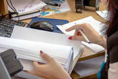 Trabalho das mulheres com papéis Imagem de Stock Royalty Free