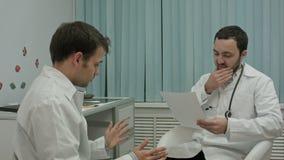 Trabalho das verificações do doutor do mentor da investigação médica vídeos de arquivo