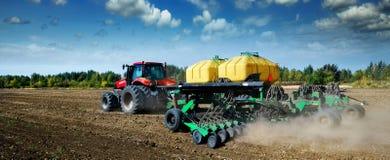 Trabalho de campo moderno, verde do trator na primavera foto de stock royalty free