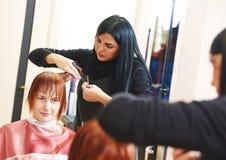 Trabalho de corte do cabelo da mulher fotografia de stock royalty free