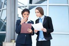 Trabalho de duas mulheres de negócios Foto de Stock