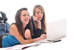 Trabalho de duas raparigas no portátil isolado Foto de Stock Royalty Free