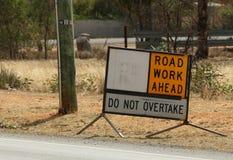 Trabalho de estrada adiante - não alcance o sinal Foto de Stock