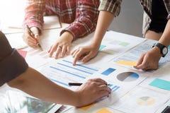 Trabalho de fala ou de encontro criativo do projeto de plano no escritório imagens de stock royalty free