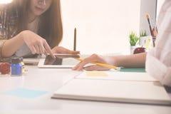 Trabalho de fala ou de encontro criativo do projeto de plano no escritório imagem de stock