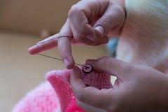 Trabalho de mão, costura do botão imagem de stock
