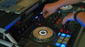 Trabalho de mãos do DJ com um remoto sadio video estoque