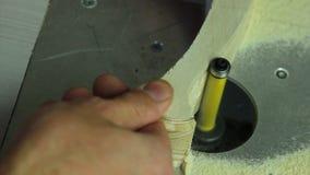 Trabalho de mãos forte em uma tabela de trituração vídeos de arquivo