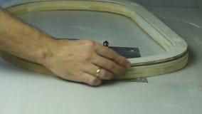 Trabalho de mãos forte em uma tabela de trituração video estoque