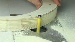 Trabalho de mãos forte em uma tabela de trituração filme