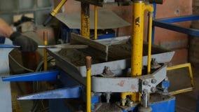 Trabalho de pavers segmental manufaturados da máquina da imprensa para a tampa da superfície de estrada Processo de produção de b vídeos de arquivo