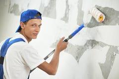 Trabalho de renovação do pintor em casa com prima fotografia de stock royalty free