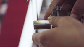 Trabalho de um soldador Como fixar as tubulações O homem fixa o detalhe na máquina de soldadura filme
