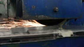 Trabalho de uma máquina de moedura de superfície industrial Moedura de uma peça de metal lisa video estoque