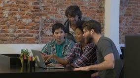 Trabalho diverso dos empresários do grupo de raça da mistura do escritório dos povos video estoque