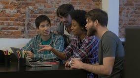 Trabalho diverso dos empresários do grupo de raça da mistura do escritório dos povos vídeos de arquivo