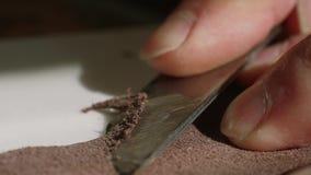 Trabalho do artesão com paz grande da pele do couro e da faca do corte, movimento lento, fim acima video estoque