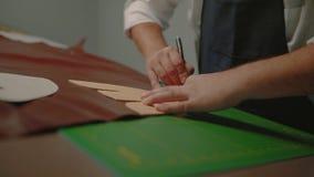 Trabalho do artesão com paz grande do movimento de couro, lento, video estoque