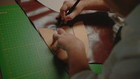 Trabalho do artesão com paz grande do movimento de couro, lento, fim acima, vista superior vídeos de arquivo