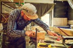 Trabalho do carpinteiro com de madeira foto de stock royalty free