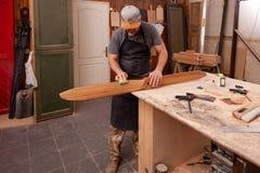 Trabalho do carpinteiro na oficina fotografia de stock royalty free