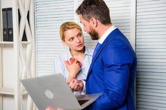 Trabalho do chefe e do secretário ou do assistente como a equipe Peça a opinião do colega Internet surfando do portátil da posse  foto de stock