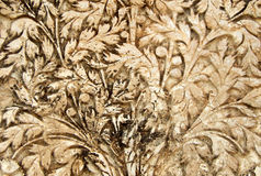 Trabalho do estuque da arte da parede dos designs florais em exteriores do templo das pessoas de 200 anos imagem de stock