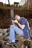 Trabalho do fotógrafo com câmera Imagens de Stock Royalty Free