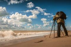 Trabalho do fotógrafo da paisagem na costa de mar Imagens de Stock