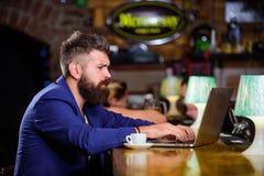 Trabalho do gerente em linha quando aprecie o caf? Trabalho em linha Caderno em linha do blogue do trabalho do freelancer do mode imagens de stock royalty free