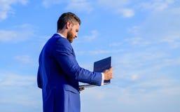 Trabalho do homem de negócios com espaço da cópia do portátil Dia útil agradável fora Oportunidade ensolarada de dia de verão gra foto de stock