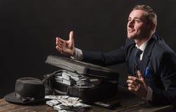Trabalho do homem de negócios no escritório do contador Homem no terno mafia Fazendo o dinheiro Economia e finança Guarda-livros  foto de stock