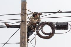 Trabalho do homem do eletricista no polo bonde Imagens de Stock