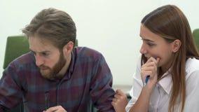 Trabalho do homem e da mulher no escritório moderno confortável que discute o fim acima Processo de trabalho filme