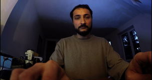 Trabalho do homem no PC na obscuridade vídeos de arquivo