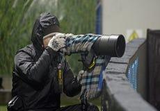 Trabalho do jornalista fotográfico em condições de mau tempo