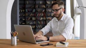 Trabalho do líder da inteligência pelo computador no espaço de trabalho vídeos de arquivo