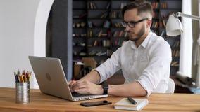 Trabalho do líder da inteligência pelo computador no espaço de trabalho filme