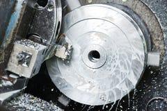 Trabalho do metal pelo furo que faz à máquina no torno Foto de Stock