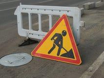 Trabalho do reparo do sinal de tráfego na estrada Fotografia de Stock Royalty Free