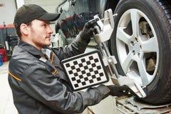 Trabalho do serviço do alinhamento de roda do carro Fotografia de Stock Royalty Free