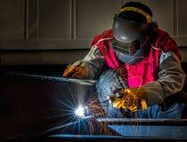 Trabalho do trabalhador duramente com processo da soldadura Fotografia de Stock