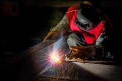 Trabalho do trabalhador duramente com processo da soldadura Fotos de Stock Royalty Free