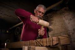 Trabalho do Woodcarver na oficina 5 Imagens de Stock