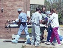 Trabalho dos pessoais do hospital no homem aseverely ferido foto de stock