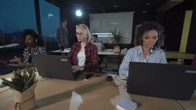 Trabalho dos povos no apoio video estoque